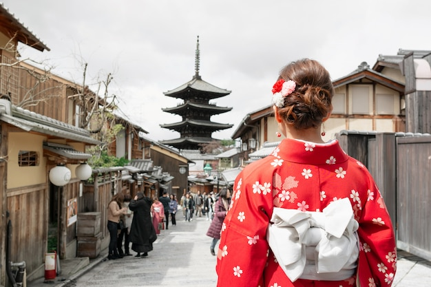 Donna asiatica che porta kimono giapponese tradizionale che cammina nella vecchia città di kyoto, giappone