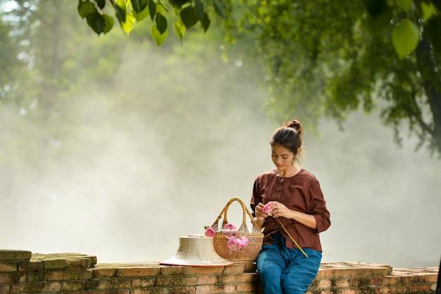 Donna asiatica che indossa la cultura tailandese tradizionale