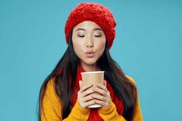 Donna asiatica con una tazza di caffè
