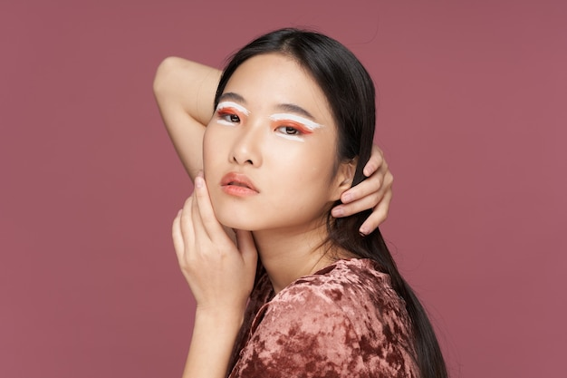 Donna asiatica con il trucco sul viso raddrizza i capelli sulla testa tagliata. foto di alta qualità