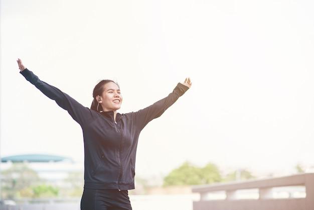 Donna asiatica con abbigliamento sportivo a portata di mano.
