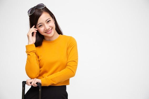 Donna asiatica con occhiali da sole e carrello