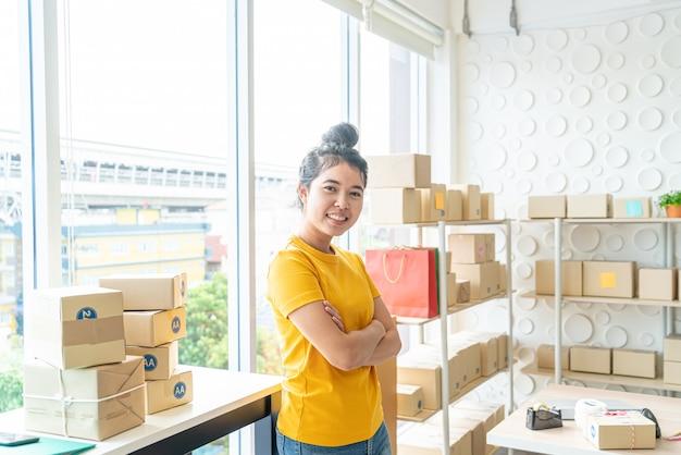 Donna asiatica che lavora nel servizio di consegna