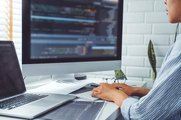Donna asiatica che lavora da casa utilizzando il computer