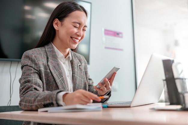 Donna asiatica che lavora nell'ufficio it