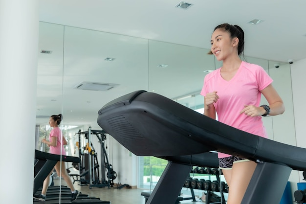 Le donne asiatiche si allenano in palestra per setacciare l'acqua della pelle, mantenendo il loro corpo sano. foto premium