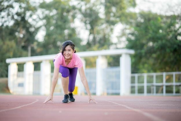 Le donne asiatiche corrono al parco per perdere peso e mantenersi in salute.