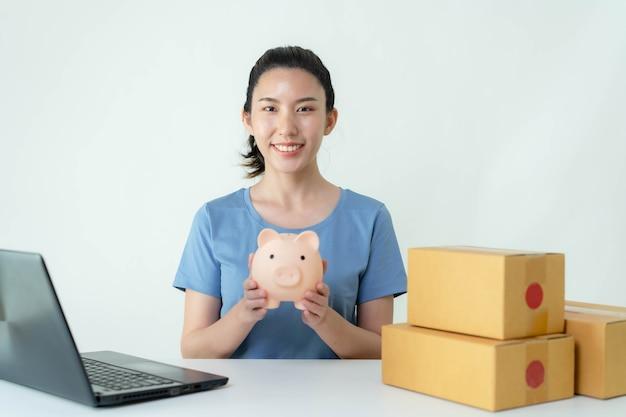 Le donne asiatiche stanno risparmiando sui loro guadagni dalle vendite online