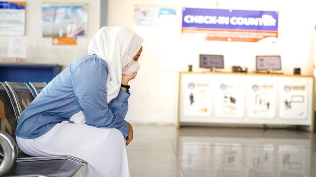Le donne asiatiche sono stanche di aspettare alla stazione