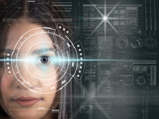 Le donne asiatiche sono schermo futuristico della tecnologia digitale di visione sullo sfondo della visione dell'occhio