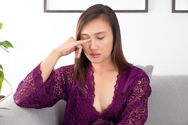 Le donne asiatiche hanno prurito agli occhi in soggiorno