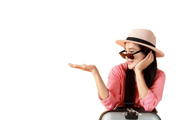 Le donne asiatiche capelli lunghi indossano cappello e occhiali da sole con borsa da viaggio aperta