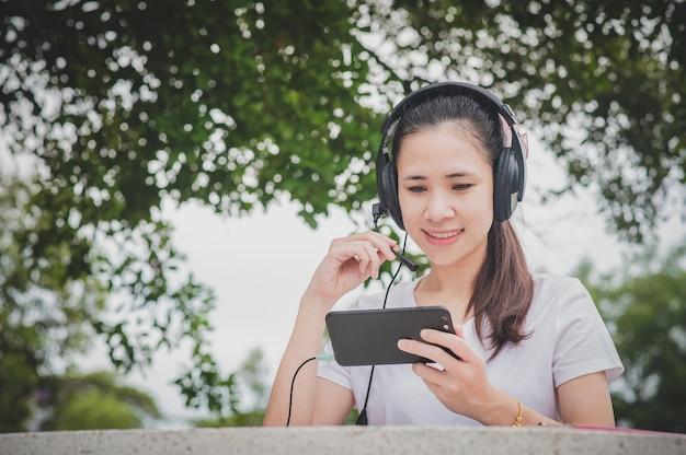 E-learning online di donne asiatiche su internet mobile