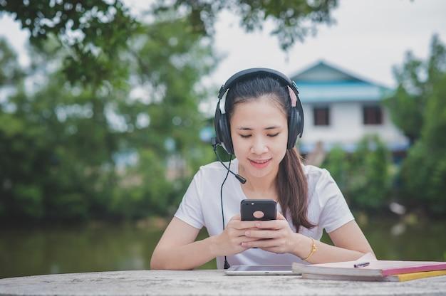 E-learning online di donne asiatiche su dispositivi mobili