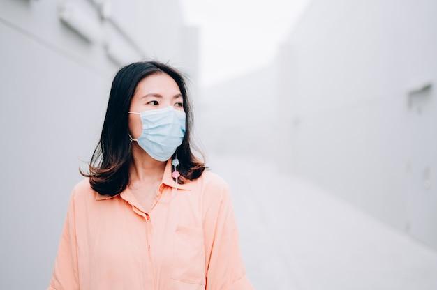 Donne asiatiche in mascherina medica sterile protettiva. inquinamento atmosferico, virus, concetto di coronavirus