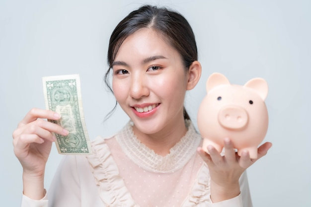 Le donne asiatiche risparmiano denaro per le emergenze e gli investimenti aziendali.