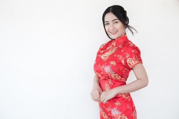 Donne asiatiche in cinese tradizionale cheongsam con un gesto di congratulazioni.