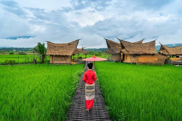 Donne asiatiche che indossano il costume tailandese tradizionale secondo la cultura tailandese in un luogo famoso nella provincia di nan, thailandia