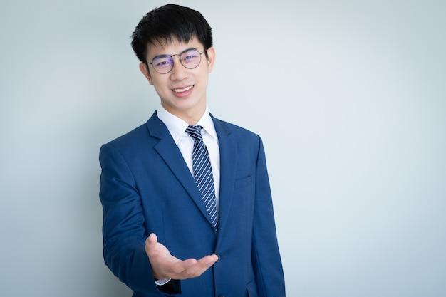 Condizione del giovane uomo d'affari asiatico