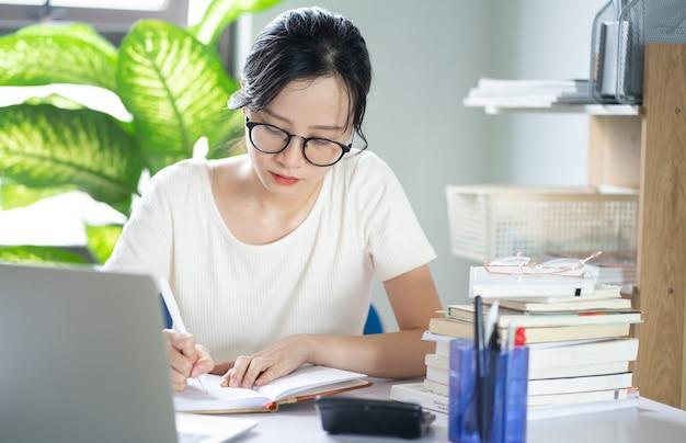 Ragazza asiatica che fa i compiti