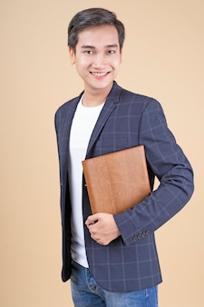 Giovane uomo d'affari bello e allegro asiatico