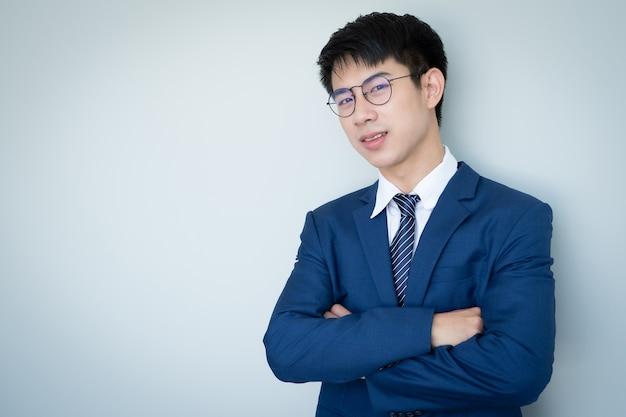 Giovane uomo bello asiatico in vestito blu