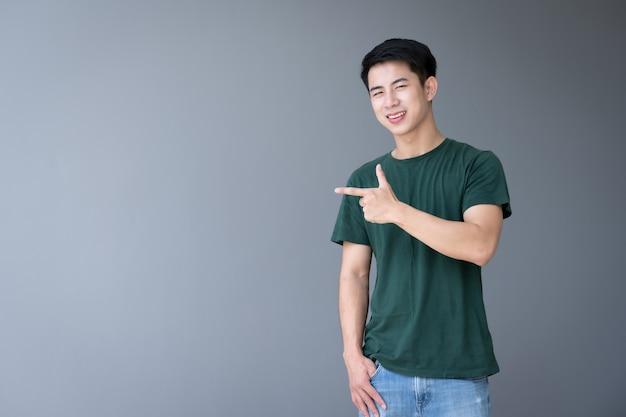 Punto della mano dell'uomo bello giovane asiatico qualcosa