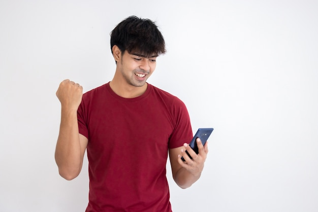 Giovane uomo bello asiatico utilizzando smartphone
