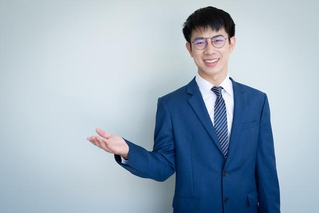 Abito da portare asiatico giovane uomo bello
