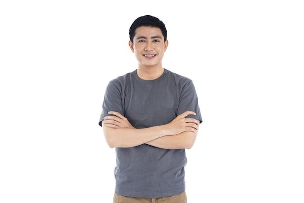 Giovane uomo bello asiatico su bianco