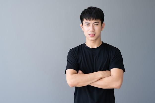 Giovane uomo bello asiatico