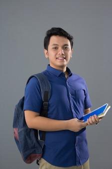 Giovane studente maschio asiatico