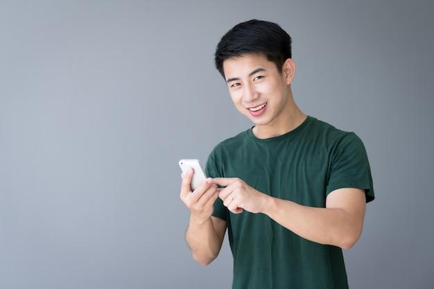 Giovane asiatico con uno smartphone