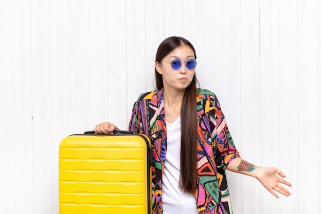 Giovane donna asiatica che si sente incapace e confusa, non avendo idea isolata