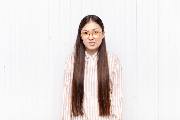 Giovane donna asiatica che si sente isolata, confusa e incerta