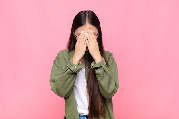 Giovane donna asiatica che si sente triste, frustrata, nervosa e depressa isolata