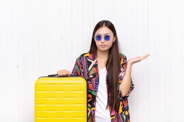 Giovane donna asiatica che sembra isolata perplessa, confusa e sollecitata