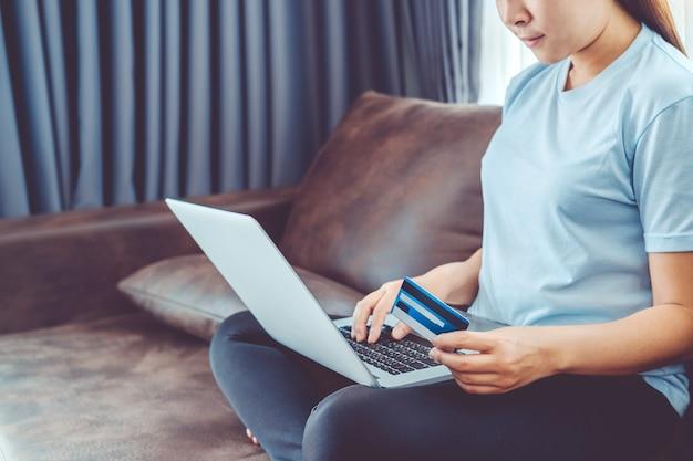 Giovane donna asiatica che compera online