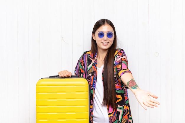 Giovane donna asiatica che sorride allegramente dando un caldo