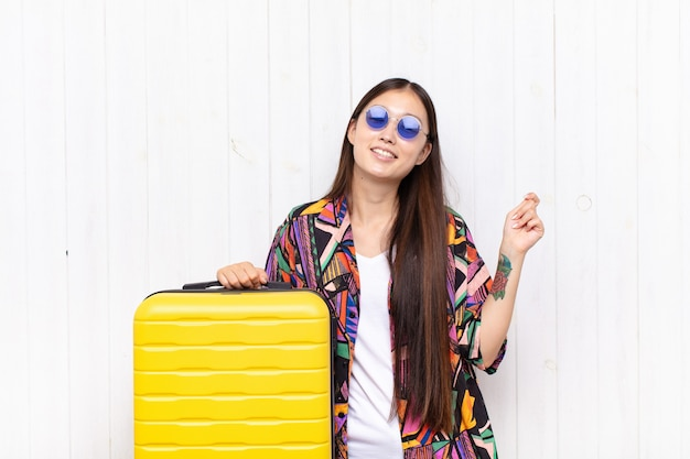 Giovane donna asiatica sorridente, sentirsi spensierata, rilassata e felice, ballare e ascoltare musica, divertirsi a una festa. concetto di vacanze