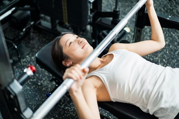 Giovane donna asiatica che si allena in palestra