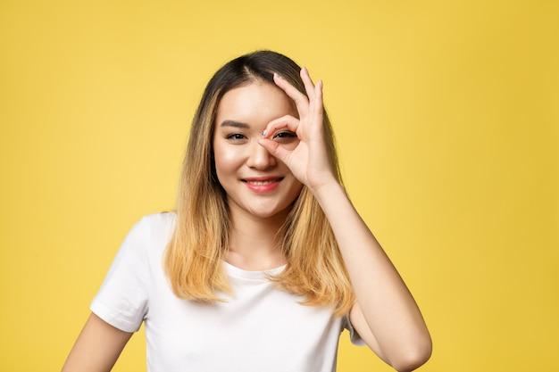 Giovane donna asiatica con il gesto del segno giusto