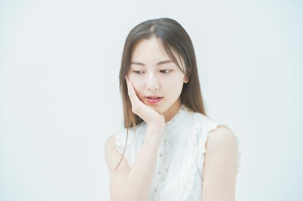 Giovane donna asiatica con uno sguardo stressato
