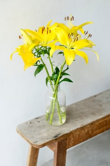 Giglio asiatico in un vaso vicino al muro