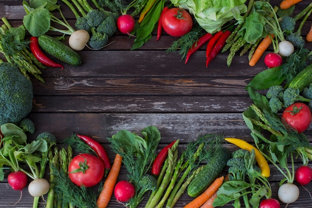 Asparagi, broccoli, peperoncino, pomodoro, ravanello, carote e aneto - sfondo di verdure