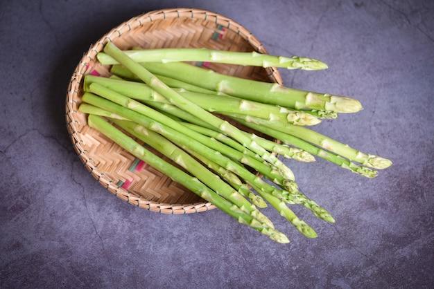 Mazzo di asparagi per cibi cotti, fascio di asparagi verdi freschi sul cestello