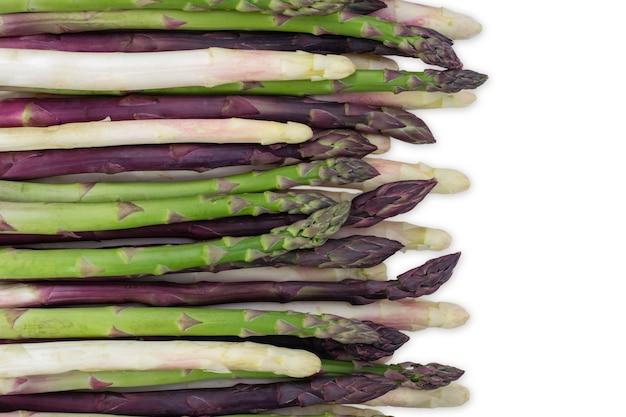 Gruppo di asparagi di verdure sane verdi organizzate in una riga isolata su uno sfondo bianco come concetto alimentare di dieta salutare e vivere una vita ben nutrita in forma naturale. vista dall'alto.