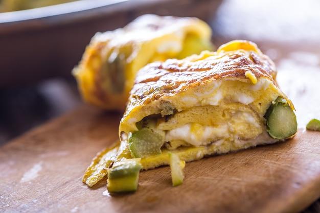 Asparagi e frittata. frittata ripiena di asparagi e formaggio per una colazione.