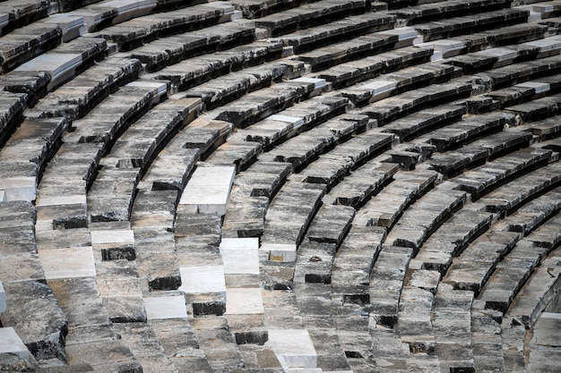 Primo piano dell'anfiteatro di aspendos all'interno in estate con il sole, turchia, serik.