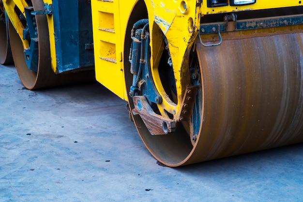 Sul cavaliere di asfalto asfalto c'è un rullo di asfalto per mantenere tutto ben premuto